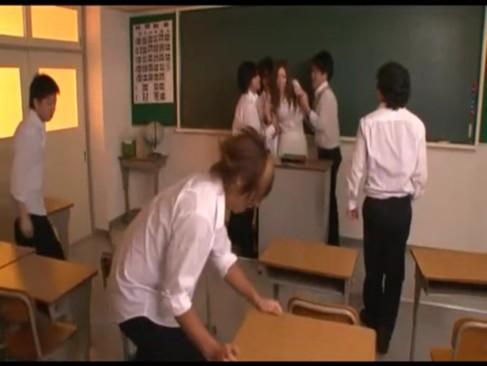 不良校に来た新人の美女教師が生徒を注意し逆切れされ集団レイプされちゃう!