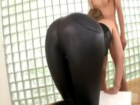 ボディライン出るぴったりレザー着たエロギャルを着衣のままバックで激ハメ!