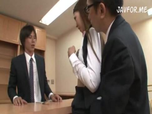 美人OLが接客中にもかかわらず上司にセクハラされそのままSEX?!