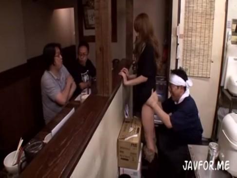 らーめん店の店長が若い店員や客のギャルを厨房の中で犯しまくるwww