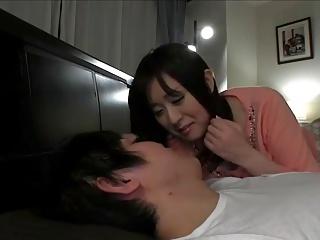 なかなか寝付けない息子の性処理をしてあげる巨乳人妻