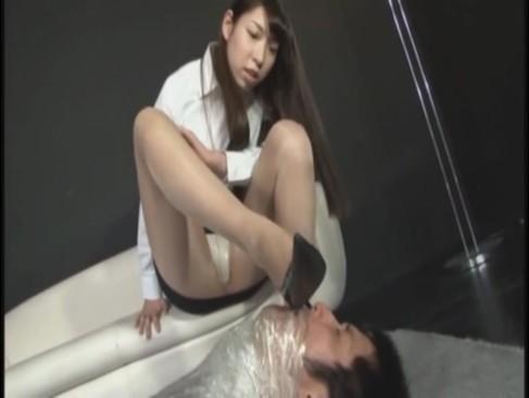 ラップ拘束されたM男を美脚で足コキ→鬼畜鬼手コキで大量射精不可避