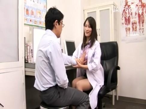 口や手を使った特別施術で男達の性障害の悩みを解消してくれる変態女医