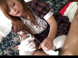 従順メイドのさとう遥希が白手袋でご主人様のチンポを掴んで手コキ&フェラ!
