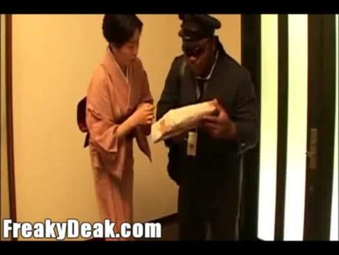 黒人の郵便配達員に自宅に押し入られガチレイプされるJKと人妻
