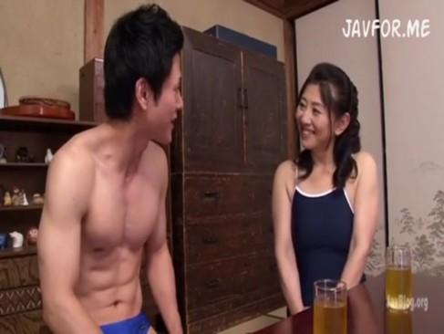 人妻熟女の身体にぐいぐい食い込む水着がエロすぎて即抜き確定だわwww