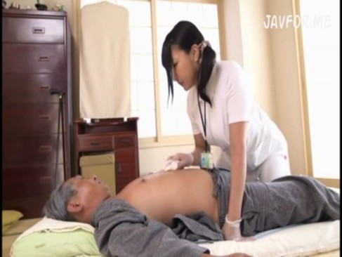 エロカワ介護士が性的マッサージで老人チンポを勃起させ精子吸い尽くす!