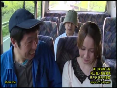 人があまり乗っていない観光バスで隣に座った男に痴漢される立花美涼