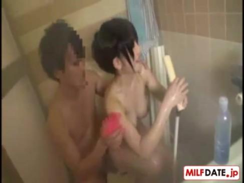 風呂に入る息子の立派なチンポに興奮し挿入してもらっちゃう淫乱な義母