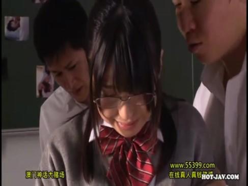 メガネかけた真面目なJKが男子生徒たちに輪姦レイプされるッ!