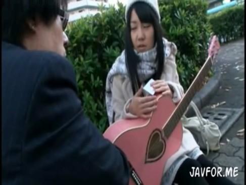 メジャーデビューを夢見るギター少女を甘い誘いで騙して監禁中出しする鬼畜男