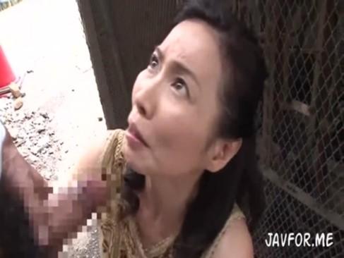 ひ・・・人妻がこんなところで男のデカチンを咥えてるッ!!