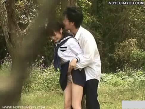 野外で青姦SEXを始めるJKカップルの生々しいSEX盗撮したわwwww