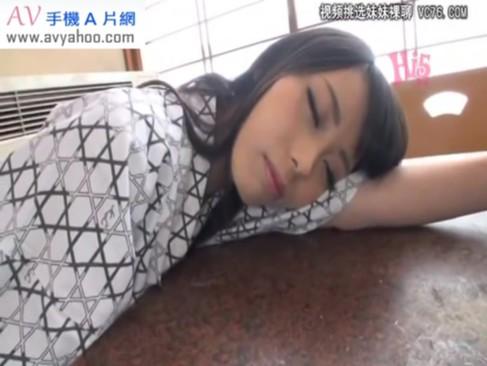 温泉旅行にて、寝ているお姉さんを起こさずにハメるw