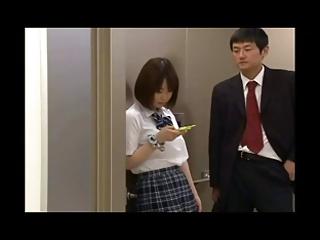 エレベーターの扉に挟まってしまった女子校生たちをレイプする男たちwww