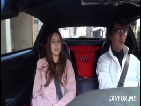 めちゃ美人なハーフのお姉さんに車内でフェラしてもらいました[3]