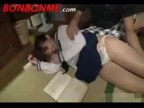 寝そべって本を読んでいるJKの妹を襲って無理やり挿入中出し!