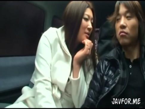 淫乱な母親と息子が温泉へ向かう車中でエッチなスイッチ入っちゃったwww