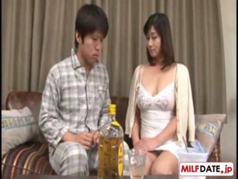 巨乳義母の淫らな胸元に欲情した娘婿が酒の力を借りて近親相姦SEX!