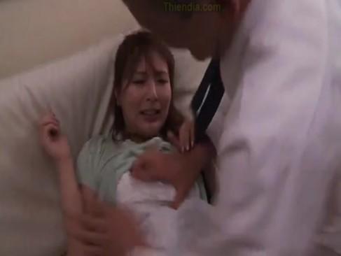 縛り上げられた夫の前でレイプ犯に凌辱的に犯される美人妻