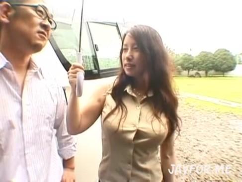 SNSで知り合った淫乱人妻を公園に呼び出し恥辱プレイハメ撮りwww