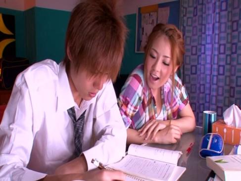 思春期で集中できない生徒のため手コキやフェラをしながら指導する淫乱ギャル家庭教師