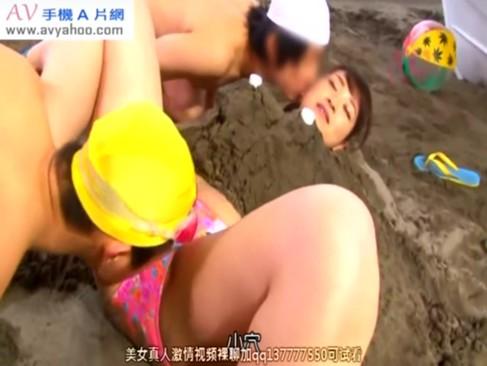 海水浴場でエロガキどもがビキニお姉さんを砂に埋めて犯してるんだがwwww