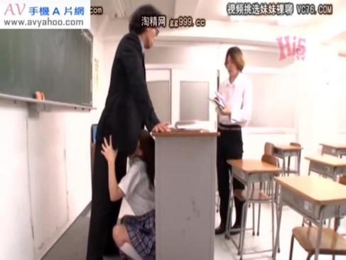 可愛い顔とは裏腹に、教卓に隠れて先生のチンポをジュポフェラする変態JKwwwww
