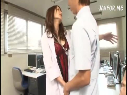 巻き髪女医がオトコに跨って騎乗位ハメ→自分でまんこ弄って潮吹き!