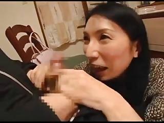彼女が席を外した間に母とセックスする彼氏!