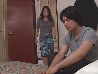 息子に押し倒され口では抵抗するも近親相姦をする人妻の藤森綾子