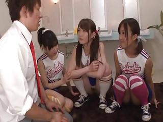 【ハーレムエロ動画】3人のノーパンチアガールに女子トイレで侵されるwww