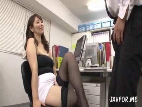 デカ尻OLが同僚の男たちを誘惑しオフィスでSEX!?