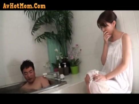 姉がお風呂でシコる弟の姿を見てしまい隠れた痴女っぷりを見せつけ相互オナニー!