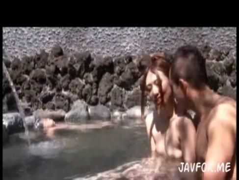 色っぽい美人妻が浮気温泉旅行で露天風呂フェラ!