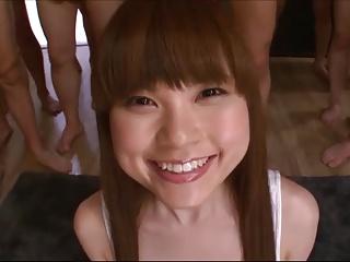 物凄い笑顔で複数のチンポを嬉しそうにフェラ抜きごっくんする少女