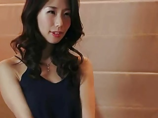 ハメ撮りに緊張した人妻がお酒を飲んでリラックスしてカメラの前で濃厚中出しSEX!