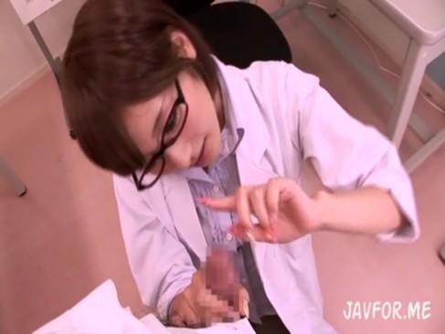 メガネが似合う保健室の先生が男子生徒を痴女ってフェラ抜き