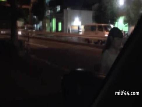 夜道を歩く素人娘をレイプして逃走→追いかけられて車の中で逆レイプされ中出し強要された・・・