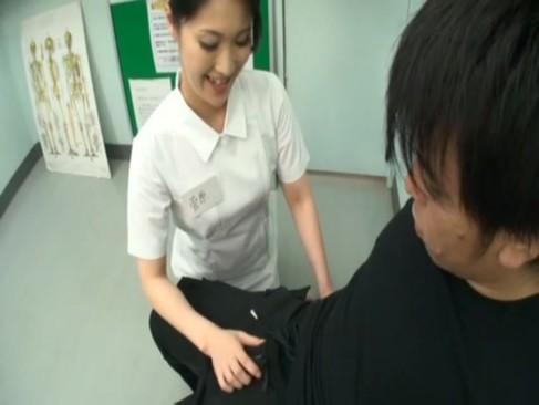痴女ナースが治療と称して若い患者のチンポをしゃぶって精子搾り取る逆レイプ!