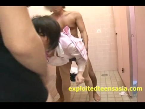 巨乳バスガイドをトイレで串刺し3Pレイプする鬼畜男たち