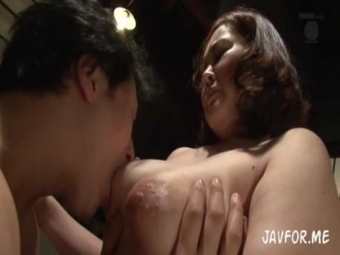 巨乳の義母に欲情してしまい美人妻に内緒で豊熟女体をじっくり味わう禁断SEX!
