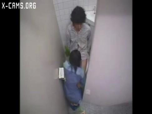 トイレにて、三十路の熟女の無料obasan動画。       【三十路熟女とエッチするアダルト動画】掃除のおばちゃんが男子トイレで巨大なペニスに欲情