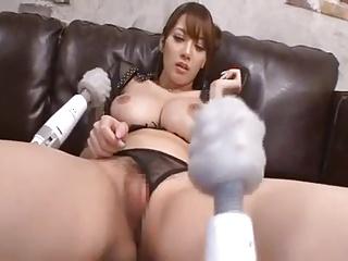 Jカップ巨乳痴女の宇都宮しをんがパイズリ&フェラで勃起したチンポを膣内誘導ファック!