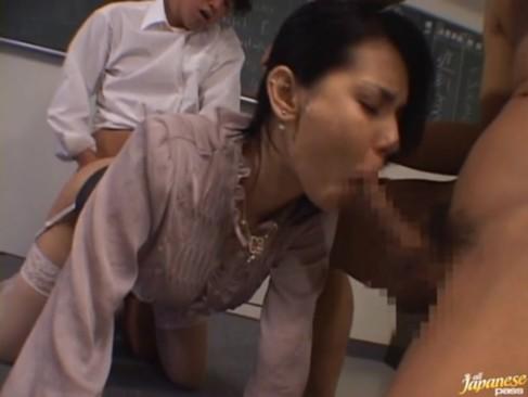 ハーフ美女教師の小澤マリアが放課後の教室で男子生徒2人に串刺しレイプされる!