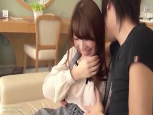 巨乳娘がイケメン彼氏とイチャラブSEXで感じまくって笑顔でチンポしゃぶって幸せそうw