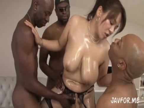 豊満巨乳の杏美月が黒人達に囲まれ痴女全開の中出し乱交SEX!