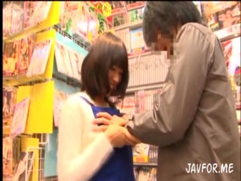 1日アダルトショップ店員の伊東遥ちゃんが店内で素人ファンとSEXしちゃいます!