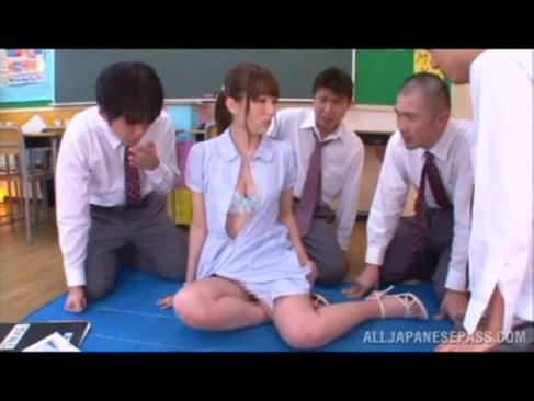 4人の生徒に囲まれて次々肉棒頬張り乱交セクロスする痴女教師の波多野結衣