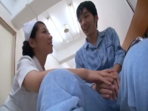 痴女ナースが巨乳使って患者を逆レイプ!嬉しそうにザーメン搾り取ってますw